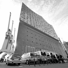 Polizeiwagen vor der Hamburger Elbphilharmonie - Teilnehmer des G20-Gipfels treffen sich am Abend des 7. Juli auch in der Elbphilharmonie zum gemeinsamen musizieren.