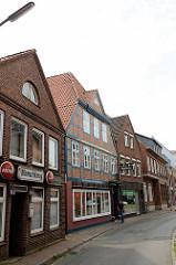 Fachwerkgebäude - Backsteinhäuser, Gaststätte und Geschäfte am Kohlmarkt in der Stadt Wilster.