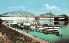Alte Fotografie von der Dampferanlegestelle und Raddampfer Riesa an der Elbe - Brücke über den Fluss.