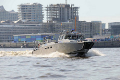 Das schwedische Hochgeschwindigkeitsschiff ( Combat Boat / Kampfboot )  wurde an die Hamburger Polizei wg. des G20 Gipfels ausgeliehen. Das Schiff kann bis zu 45 kn - 83 km/h fahren.