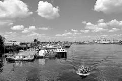 Fotos aus dem Hamburger Hafenbezirk Kleiner Grasbrook - Blick in den Hansahafen, Arbeitsschiffe + Pontons.