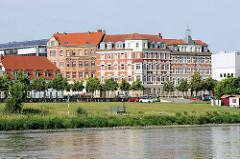 Blick über die Elbe zur Stadt Riesa - mehrstöckige Gründerzeitwohnblöcke an der Elbstrasse.