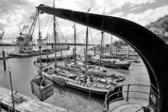 Museumshafen in Hamburg Oevelgönne - historische Segelschiffe, alter Kran.