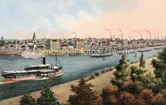 Historisches Panorama der Stadt Riesa an der Elbe - Wohnhäuser und Fabrikschornsteine, Schiffe am Elbufer. Auf der Elbe fährt ein Schleppzug und ein Raddampfer.