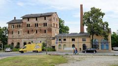 Altes Fabrikgebäude an der Lauchhammerstraße in Riesa; teilweise verfallen und leerstehend, teilweise restauriert und als Gewerberaum genutzt.