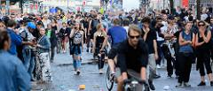"""Entspanntes """"auf der Straße stehen"""" bei der Roten Flora im Hamburger Schanzenviertel während der Proteste gegen den G 20 Gipfel."""