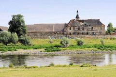 Blick über die Elbe bei Riesa zum verfallenen Gebäude Schloß Promnitz, erbaut im 17. u. 18. Jahrhundert. Während der DDR Zeit Sitz einer LPG, 1995 für eine symbolische Mark verkauft.......