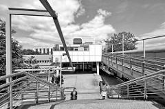 Blick auf den Eingang der Gesamtschule Mümmelmannsberg in Hamburg Billstedt - moderne Architektur der 1970er Jahre.