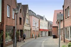Schmale Wohnstraße - Deichstraße - mit Wohnbebauung und Geschäften in Wilster.