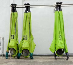 Schutzanzüge hängen zum Trocknen an den Füssen beim Gerätehaus der Freiwilligen Feuerwehr Riesa.