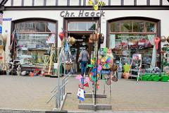 Haushaltswaren-Geschäft mit Straßenauslagen am Markt von Wilster.