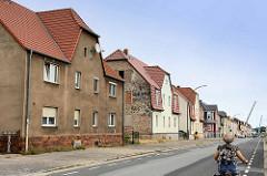 Wohnhäuser mit Krüppelwalmdach; Fassaden teilweise modernisiert - Architektur in Riesa, Lange Straße.