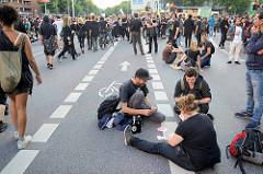 Demonstranten spielen Karten auf der Reeperbahn - Proteste gegen G20 in Hamburg.