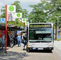 Bushaltestelle an der U-Bahnstation Mümmelmannsberg im Hamburger Stadtteil Billstedt; ein Bus der LInie 12 fährt Richtung S-Allermöhe.