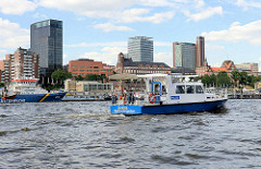 Das  Schiff WSP 30 der Berliner Wasserschutzpolizei auf Patroillenfahrt wg. G20 auf der Elbe vor den St. Pauli Landungsbrücken.