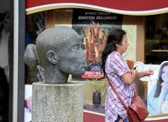 Skulptur im Skulpturenpark von Hamburg Mümmelmannsberg - Kopf mit abgebrochener Nase.