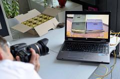 Eine Webcam überträgt das Treiben der Bienen auf dem Dach der Behörde für Stadtentwicklung und Umwelt (BSU) ins Internet.