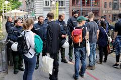 Die Polizeigewalt blockiert die Michaelisbrücke für ALLE Passanten - ein Verlassen des Hamburger Stadtteil Neustadt war längerfristig nicht mehr möglich.