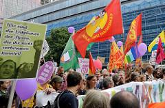 Rote und bunte Fahnen, Plakat: Wir sind die Enkelinnen der Hexen, die ihr nicht verbrennen konntet! Demonstrationszug am 08. Juli gegen G20 in Hamburg.