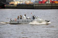 Das schwedische ( Hochgeschwindigkeitsschiff / Combat Boat / Kampfboot )  wurde an die Hamburger Polizei wg. des G20 Gipfels ausgeliehen. Das Schiff kann bis zu 45 kn - 83 km/h fahren.