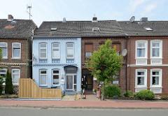 Einstöckige Wohnhäuser mit unterschiedlicher Fassadengestaltung - Mühlenstraße in Wilster.