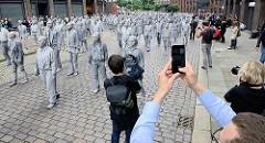 "GESTALTEN G20-Gipfel Hansestadt Hamburg Kunstaktion Lehm verkrustet Lehmverkrustet Performance Kunstperformance Solidarität Veranstaltung Hamburger Innenstadt ""1000 Gestalten"""