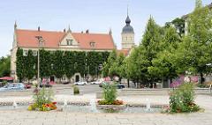 Blick über den Rathausplatz von Riesa zum Rathaus. Das Rathaus hat seinen Sitz in den Gebäuden eines Benediktinerkloster und dem späteren Schloss von Rittergutsbesitzern, das die Stadt 1874 erworben hat.