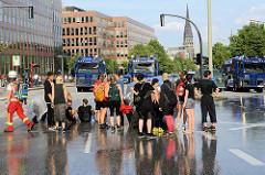 Colour the Red Zone - Protest gegen den G 20 Gipfel in Hamburg, Wasserwerfer der Polizei sind aufgefahren - einige Jugendliche in sommerlicher Kleidung stehen auf der Ludwig Erhard Strasse.