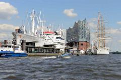 Diverse Polizeiboote beim  G20-Gipfel in der Hansestadt Hamburg - re. das Museumsschiff Cap San Diego, lks. das argentinische Segelschulschiff Libertad.