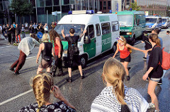 Colour the Red Zone - Protest gegen den G 20 Gipfel in Hamburg; ein Polizeikonvoi fährt rücksichslos schnell durch die Straße + wird von Demonstranten gestoppt.