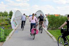 Fussgänger- und Fahrradbrücke über den Äußeren Veringkanal bei der Veringschleuse in Hamburg Wilhelmsburg.