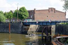 Durchfahrt vom Hansahafen zum Saalehafen - Blick zur Dessauer Strasse u. Lagerhaus G am Dessauer Ufer.