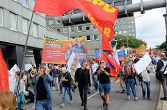 Demonstration am 08. Juli gegen G20 in Hamburg - rote Fahnen, Plakat - Aktiver Widerstand gegen G20.