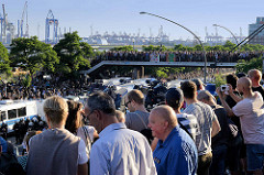 Zuschauer an der St. Pauli Hafenstraße - Demonstration Welcome to Hell gegen den G20 Gipfel in Hamburg.