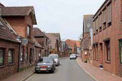 Schmale Einbahnstraße - Wohnhäuser mit Ziegelfassade; Straße Landrecht in Wilster.