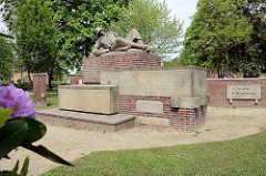 Sterbender Soldat mit Stiel-Handgranate - Denkmal mit Inschrift Sie starben für Volk und Vaterland 1914 - 1918 im Stadtpark von Wilster.