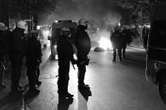 Brennende Müllsäcke, Polizisten sichern die Altonaer Straße bei den Protesten gegen den G20 Gipfel in Hamburg.