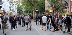 Cornern beim Protest gegen den G20 Gipfel in Hamburg - die Straße gehört den Fussgänger*innen; entspannter und freundlicher Protest beim Pferdemarkt / Grüner Jäger.
