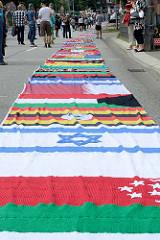 Flaggen der Welt - Domonstration Hamburg zeigt Haltung / St. Katharinenkirche - zweite Demonstration wg. des G20 Gipfels in Hamburg.