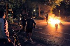 Brennende Müllsäcke, Anwohner stehen an der Altonaer Straße und sehen dem Geschehen zu, machen Selfies;Demonstration Welcome to Hell gegen den G20 Gipfel in Hamburg.