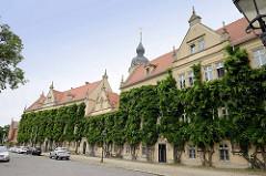 Das Rathaus von Riesa hat seinen Sitz in den Gebäuden eines Benediktinerkloster und dem späteren Schloss von Rittergutsbesitzern, das die Stadt 1874 erworben hat.