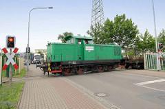 Industriebahn der FERALPI Stahlwerke in Riesa; Andreaskreuz und rote Ampel.