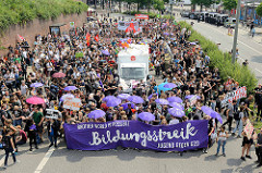 Demonstration Bildungsstreik, Transparent :  Another World is Possible - Jugend Gegen G20 an den Hamburger St. Pauli Landungsbrücken.
