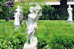 Gartenanlage / Rathausgarten hinter dem neuen Rathaus der Stadt Wilster - Palais Doos; die Statuen standen früher beim Friedrichsruher Schloss.