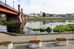 Uferpromenade an der Memel in Kaunas - lks. die Vytautas-Magnus-Brücke oder Aleksotas-Brücke.