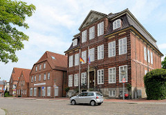 Neues Rathaus der Stadt Wilster - Palais Doos; ehemaliges großbürgerliches Wohnhaus, erbaut 1786 - Architekt wahrscheinlich  Ernst Georg Sonnin. Seit 1829 durch Schenkung im Besitz der Stadt.