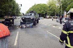 Ein Räumpanzer der Polizei engagiert sich als Müllabfuhr und beseitig kokelnde Müllsäcke von der Holstenstraße in Hamburg Altona - Colour the Red Zone - Protest gegen den G 20 Gipfel.