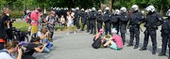 Politische Clowns treiben Schabernack mit den Polizisten, die den Protest  gegen den G 20 Gipfel in Hamburg bewachen sollen. Fotografen dokumentieren  die bunte Aktion.