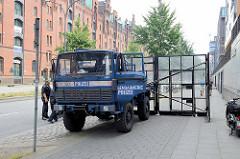 Schutzschilde mit Türen, beweglich an einem Gendarmerie-LKW angebracht  - Schutz der G20 Nähe Elbphilharmonie in Hamburg.