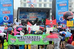 Wenige Tage vor Beginn des G20-Gipfels in Hamburg haben sich ca. 20 000 Menschen an einer Demonstration an Land und zu Wasser in der Hamburger Innenstadt beteiligt.